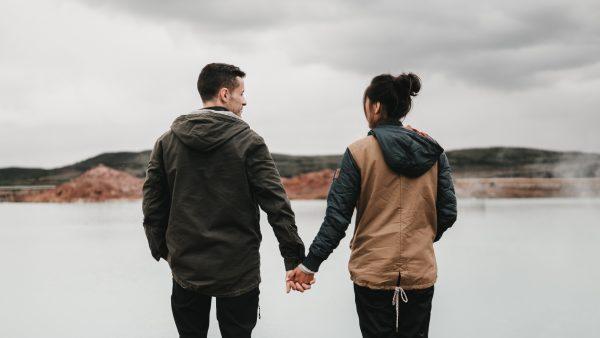 爱是一种纯粹的感情,它似乎不该被任何外力给干扰
