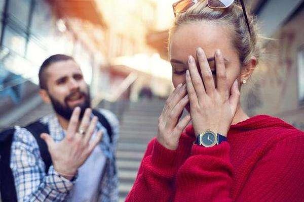 男人是因为业务关系认识的女孩,通过各种死缠烂打的方式把女孩追到了手。