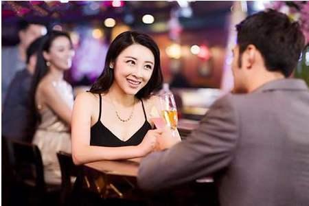 相亲聊天过程中,如果想要获得对方的好感,就带她去搜索城市美食