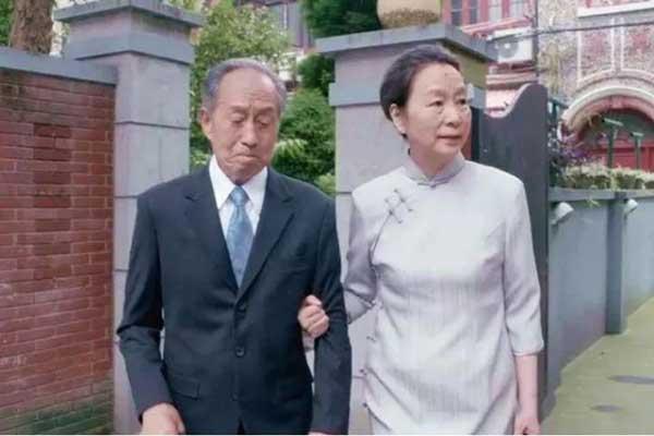 老两口出门去房产中介前,江奶奶帮宋爷爷穿好西装