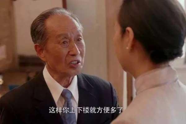 宋老师交待房似锦卖完老洋房,再找一套电梯房,方便江奶奶以后不用爬楼了。