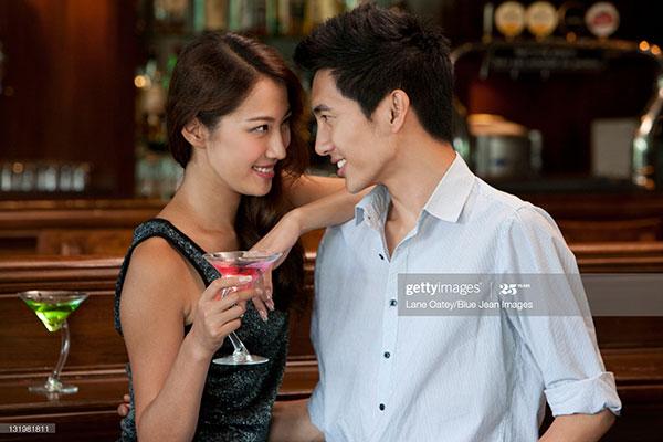 通常比较开放的女生,你用肢体碰触去暗示(例如触摸她的手),对方很容易接收到你的意图