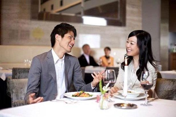 即使她同意邀请你吃饭,她也不能当真