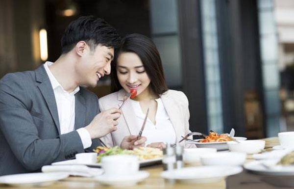 女孩的晚餐邀请也是一种暗示,就像男孩释放他们的好感一样