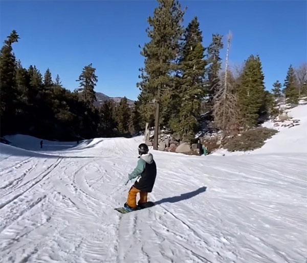 视频当中的王子文滑雪技术娴熟