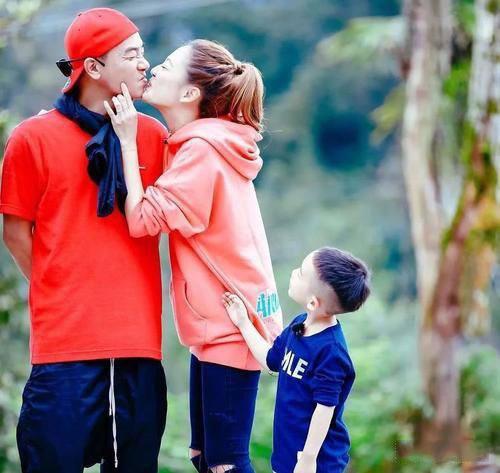 应采儿和陈小春一家的甜蜜生活