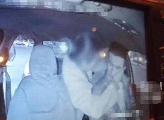 女乘客强吻出租车司机后多给15元